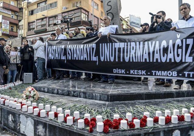 Ankara'daki terör saldırısında hayatını kaybedenler, KESK, DİSK, TMMOB ve TTB'nin çağrısıyla Sakarya Caddesi'nde düzenlenen etkinlikte anıldı.