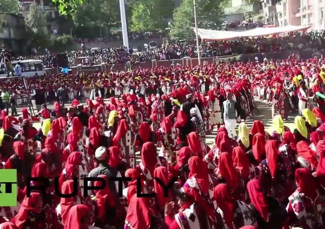 Hindistan'da 10 bin kişilik dans gösterisi