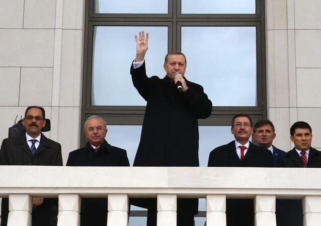 Cumhuriyet Yürüyüşüne katılan vatandaşlar, bayraklarla Cumhurbaşkanlığı Külliyesi'nin önünden geçti.