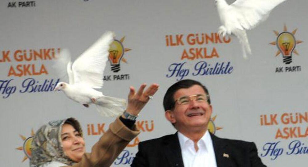 Davutoğlu, Diyarbakır'da 'beyaz güvercin' uçurdu