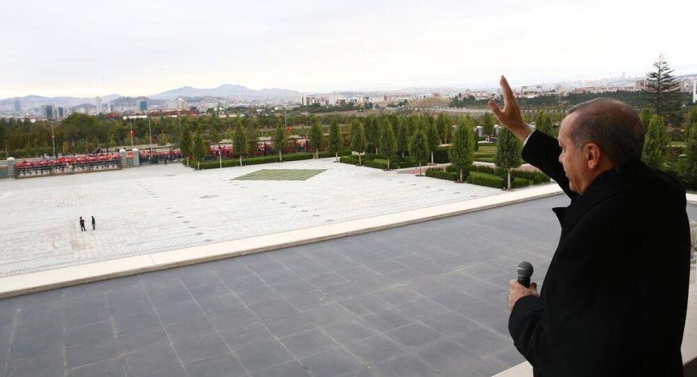 Cumhurbaşkanı Recep Tayyip Erdoğan, vatandaşları külliyenin balkonundan selamladı.