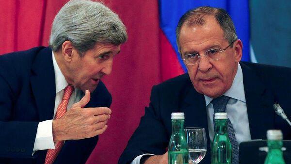 ABD Dışişleri Bakanı John Kerry ile Rusya Dışişleri Bakanı Sergey Lavrov, Viyana'daki Suriye toplantısında. - Sputnik Türkiye