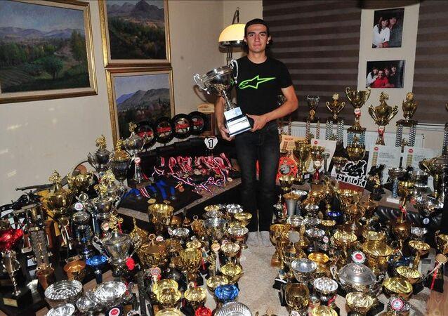 15 yaşına 294 kupa sığdırdı