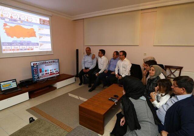 Başbakan Ahmet Davutoğlu seçim sonuçlarını Konya'da takip etti.