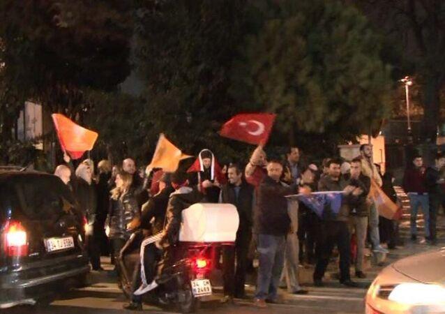 AK Partililer kutlama için Erdoğan'ın evinin önüne gitti