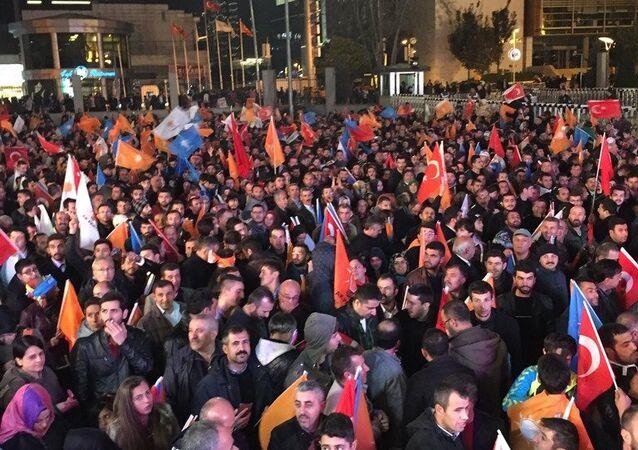 AK Partililer, Genel Merkez önünde Başbakan Davutoğlu'nun Ankara'ya dönerek geleneksel balkon konuşmasını yapmasını bekliyor.