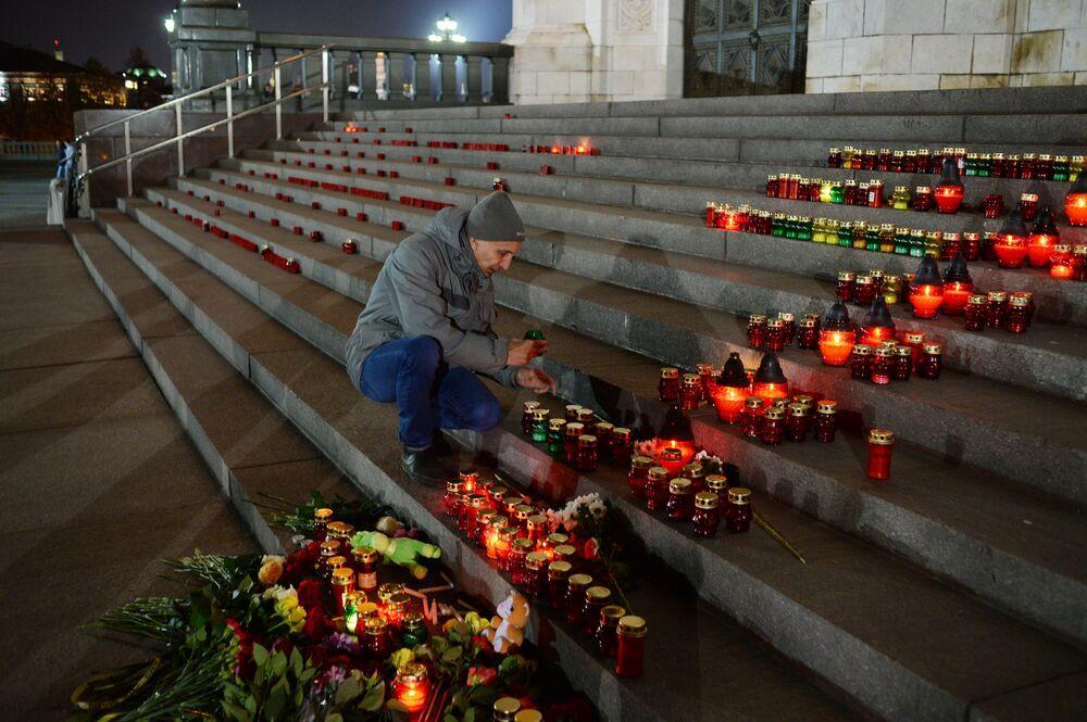 Moskovalılar uçak kazasında ölenleri anıyor