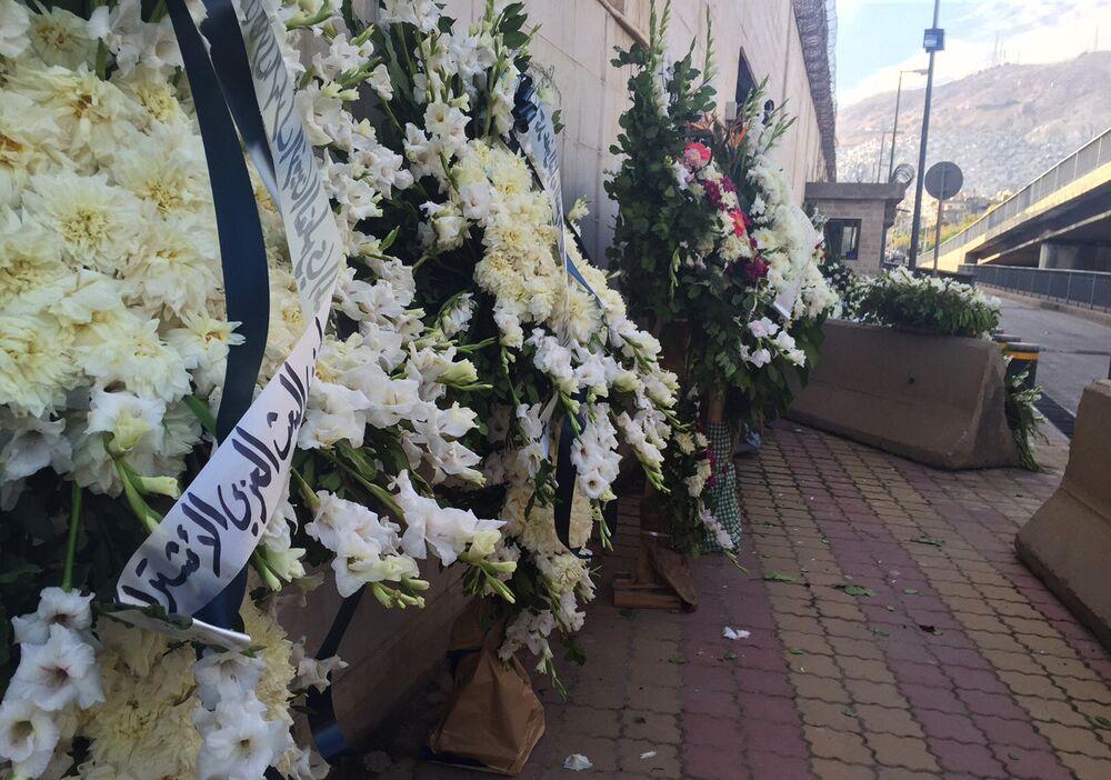 Şam'da uçak kazasında ölenler anısına çelenk bırakıldı.