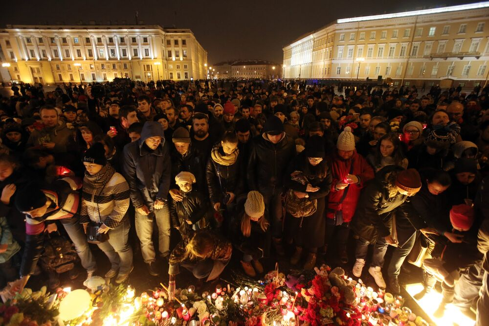 St. Petersburg'da uçak kazasında ölenler anılıyor.