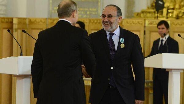 Rusya Devlet Başkanı Vladimir Putin, Salih Kapusuz'un da bulunduğu 9 ülkenin vatandaşlarına 'devlet dostluk nişanı' verdi. - Sputnik Türkiye