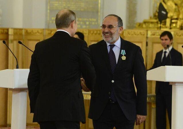 Rusya Devlet Başkanı Vladimir Putin, Salih Kapusuz'un da bulunduğu 9 ülkenin vatandaşlarına 'devlet dostluk nişanı' verdi.