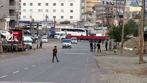 Cizre'de araçlardan barikatlar oluşturuldu, - Sputnik Türkiye