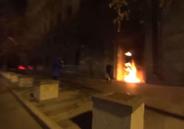 Performans sanatçısı FSB'nin kapısını yaktı
