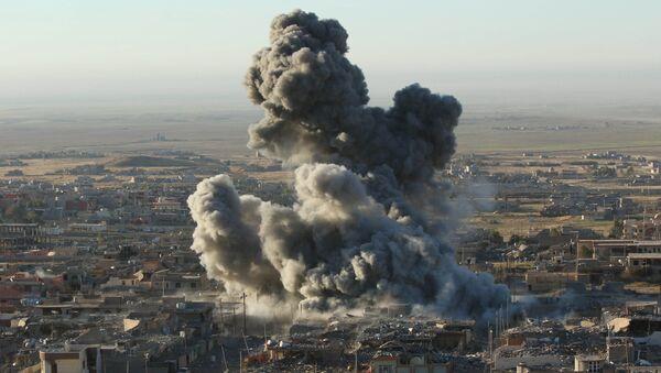 Sincar'da ABD savaş uçaklarının saldırısının ardından oluşan duman. - Sputnik Türkiye