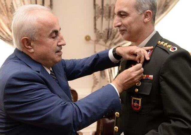 Edirnne Valisi Dursun Ali Şahin, Emniyet Müdürü Armağan Adnan Erdoğan ile Jandarma Alay Komutanı Albay Kumuran Ersan'a altın taktı.