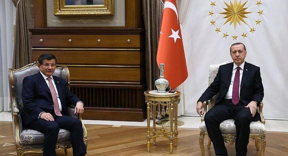 Recep Tayyip Erdoğan, hükümeti kurma görevini Ahmet Davutoğlu'na verdi.