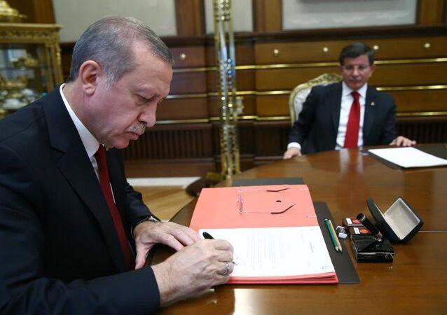 Cumhurbaşkanı Recep Tayyip Erdoğan, AK Parti Genel Başkanı ve Başbakan Ahmet Davutoğlu başkanlığında kurulan 64. Türkiye Cumhuriyeti Hükümetini onayladı.