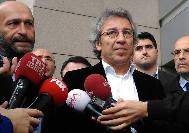 Cumhuriyet Gazetesi Genel Yayın Yönetmeni Can Dündar ve Ankara temsilcisi Erdem Gül, 'MİT tırları' soruşturması kapsamında ifade vermek üzere İstanbul Cumhuriyet Başsavcılığı'na geldi.