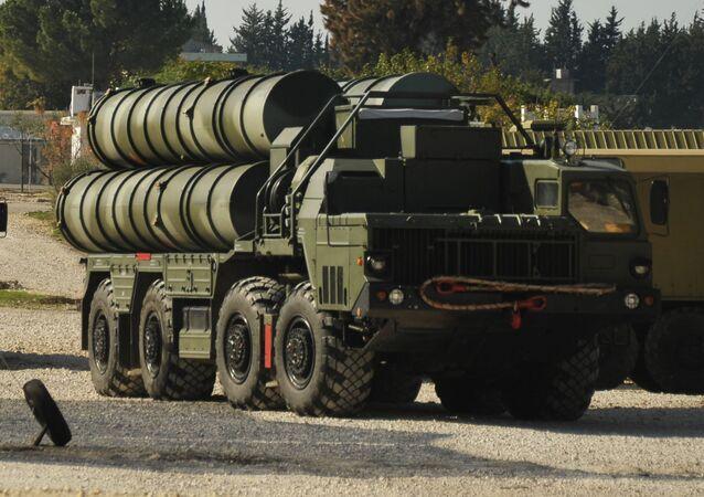 S-400 hava savunma füze sistemi, Rusya'nın Suriye'deki Hmeymim hava üssünde Rus savaş uçaklarının güvenliğini sağlamak için.