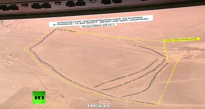 Suriye'nin Deyr ez-Zor şehrinin 14 km doğusunda bulunan petrol tankerleri ve TIR'lar.