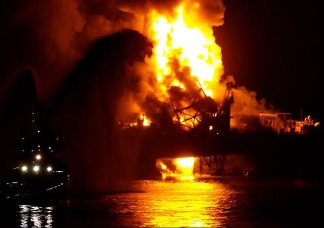 Azerbaycan'ın Hazar Denizi'ndeki Güneşli petrol platformunda çıkan yangın