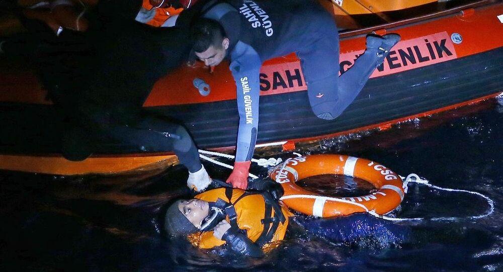 İzmir'de sığınmacıları taşıyan bot battı