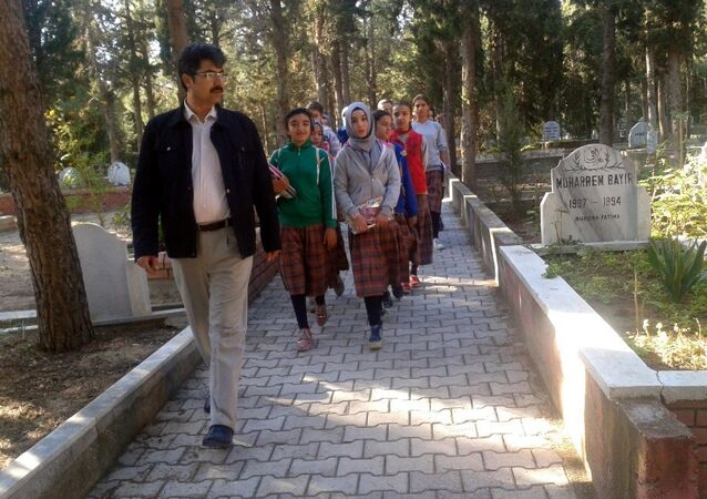 Ortaokul öğrencilerine mezarlıkta 'ahiret' dersi