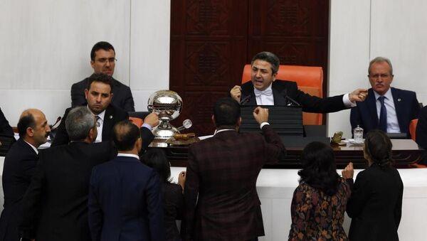 TBMM Genel Kurulu'nda Başkanvekili Ahmet Aydın ile HDP'li milletvekilleri arasında kısa süreli tartışma yaşandı. - Sputnik Türkiye