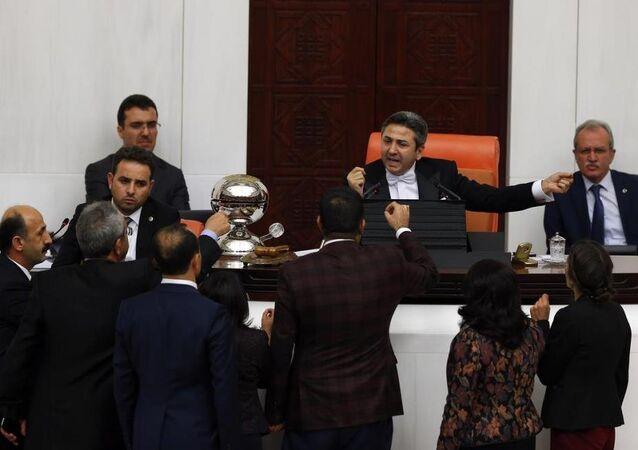 TBMM Genel Kurulu'nda Başkanvekili Ahmet Aydın ile HDP'li milletvekilleri arasında kısa süreli tartışma yaşandı.
