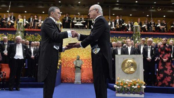 Nobel Kimya ödülünü kazanan Türk bilim adamı Aziz Sancar (solda), İsveç'in başkenti Stockholm'de düzenlenen törende ödülünü İsveç Kralı 16. Carl Gustav'ın elinden aldı. - Sputnik Türkiye
