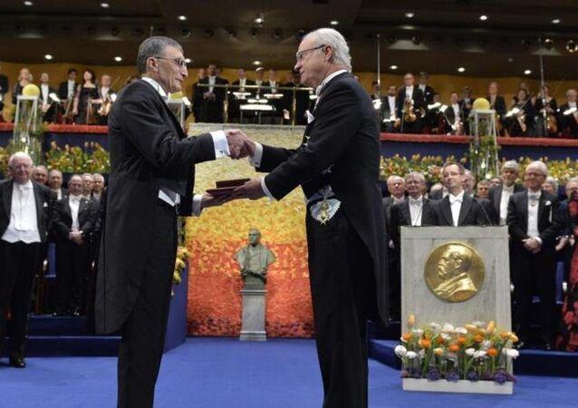Nobel Kimya ödülünü kazanan Türk bilim adamı Aziz Sancar (solda), İsveç'in başkenti Stockholm'de düzenlenen törende ödülünü İsveç Kralı 16. Carl Gustav'ın elinden aldı.
