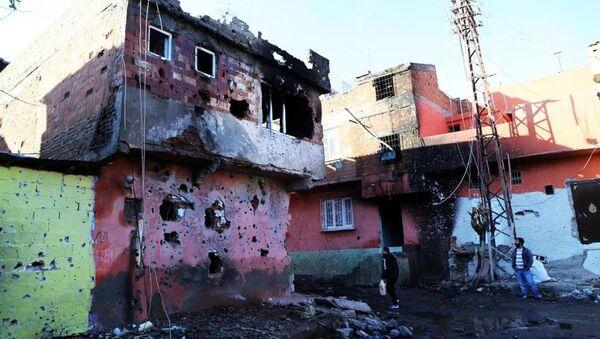 Diyarbakır'ın Sur ilçesinde 6 mahalle, bir cadde ve Dağkapı Meydanı'nda uygulanan sokağa çıkma yasağının kaldırılmasının ardından ilçeye verilen zarar gün yüzüne çıktı. - Sputnik Türkiye