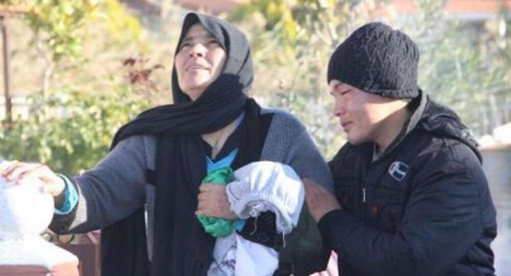 Ege'de göçmen faciası: Kızının cesedini kilometrelerce yürüyerek taşıdı