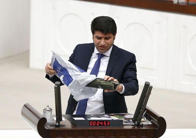 HDP Batman Milletvekili Mehmet Ali Aslan, TBMM Genel Kurulu'nda yaptığı konuşma sırasında, yanında getirdiği lav silahının bir bölümü ile tank mermisinden bir parçayı kürsüden gösterdi.