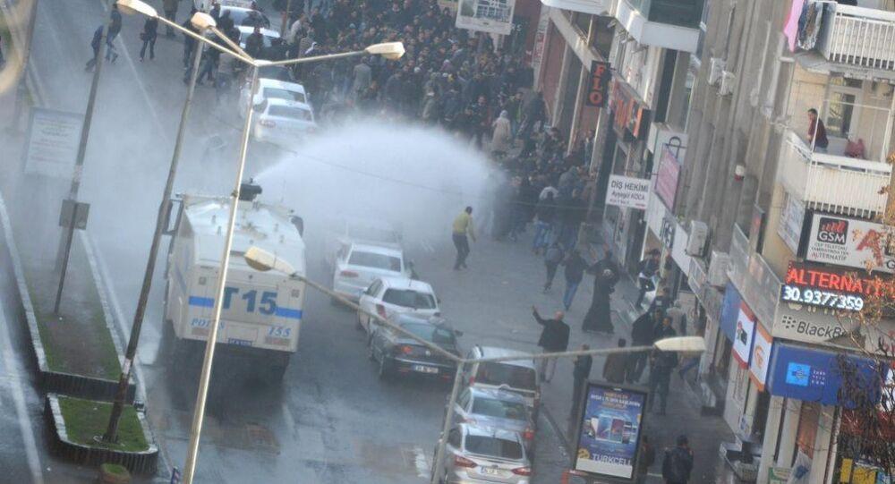 Diyarbakır'da göstericilere polis müdahalesi