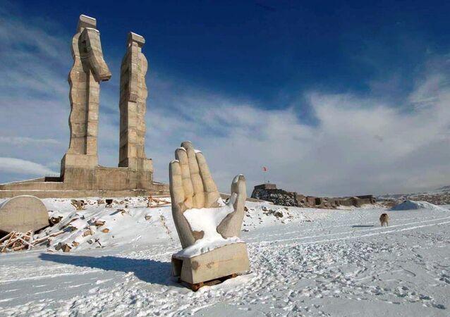 Mehmet Aksoy'un 'İnsanlık Anıtı' heykeli