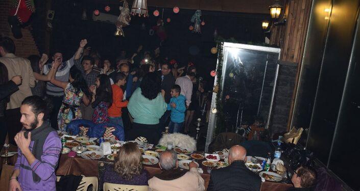 Humusluların bir kısmı kente bağlı ilçelerdeki büyük otel ve restoranlarda düzenlenen kutlamalara katıldı.