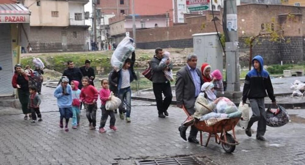 Çatışmaların sürdüğü Cizre'den vatandaşlar kaçıyor.
