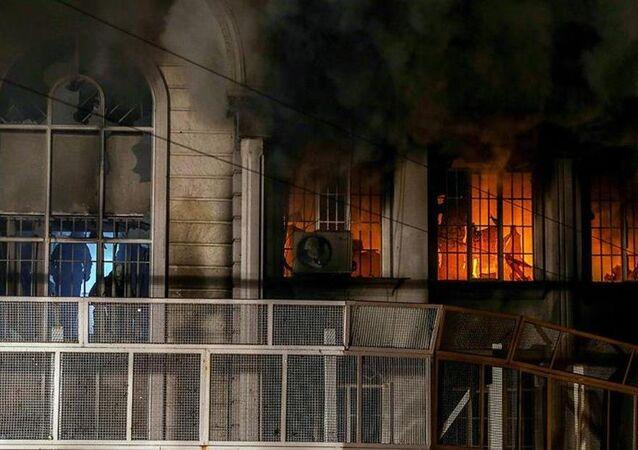 Suudi Arabistan'ın Tahran Büyükelçiliği ateşe verildi