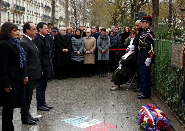 Charlie Hebdo için düzenlenen törene Fransa Cumhurbaşkanı François Hollande katıldı.