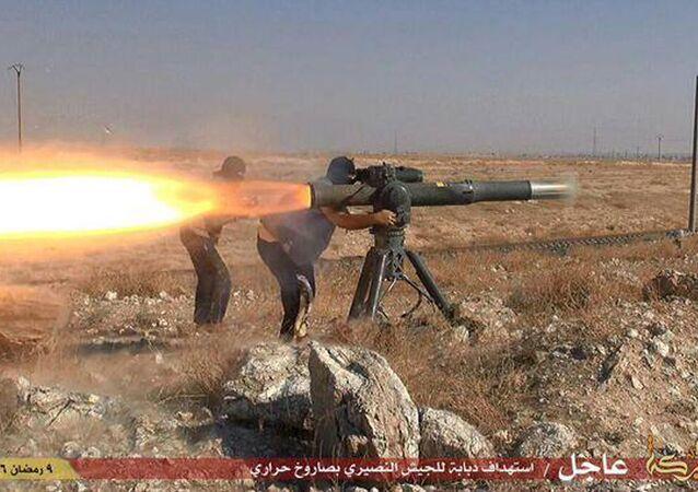 IŞİD üyeleri tanksavar füze ateşliyor.