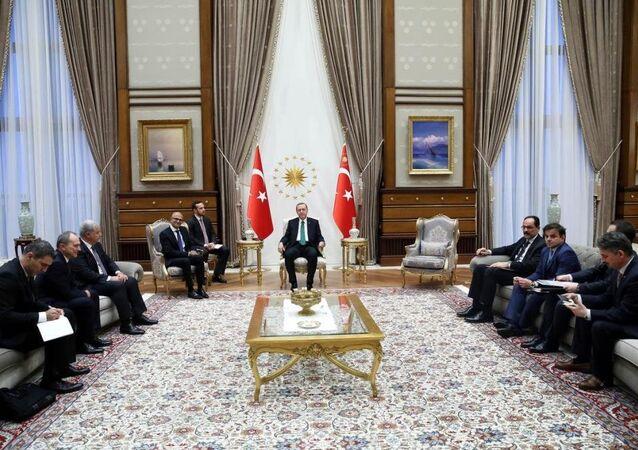 Cumhurbaşkanı Recep Tayyip Erdoğan, Cumhurbaşkanlığı Külliyesi'nde Microsoft'un Üst Düzey Yöneticisi (CEO) Satya Nadella'yı kabul etti.