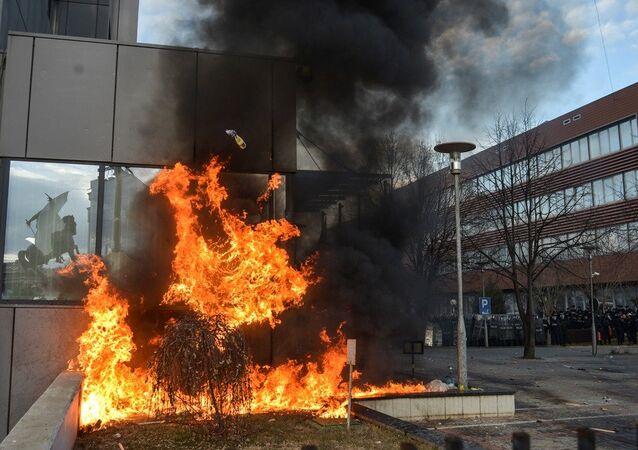 Kosova'da hükümet binası ateşe verildi