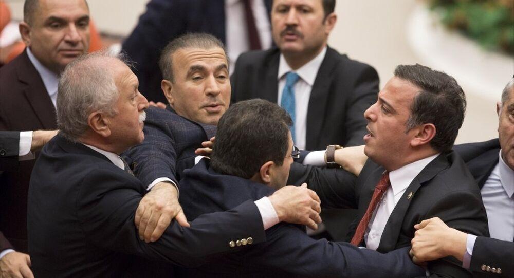 TBMM Genel Kurulu'nda CHP grup önerisi görüşülürken milletvekilleri arasında gerginlik yaşandı.