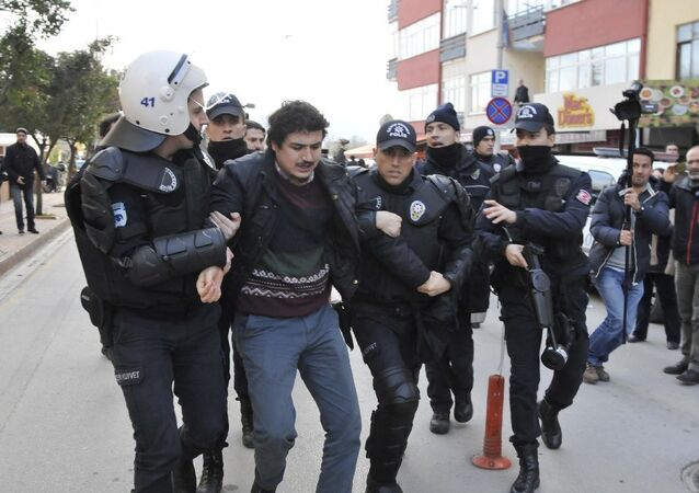 Kocaeli'nde akademisyenler gözaltına alındı.