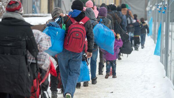 Almanya Passau'da trene binmek için sıra bekleyen sığınmacılar - Sputnik Türkiye