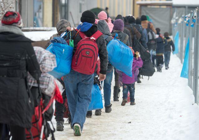 Almanya Passau'da trene binmek için sıra bekleyen sığınmacılar