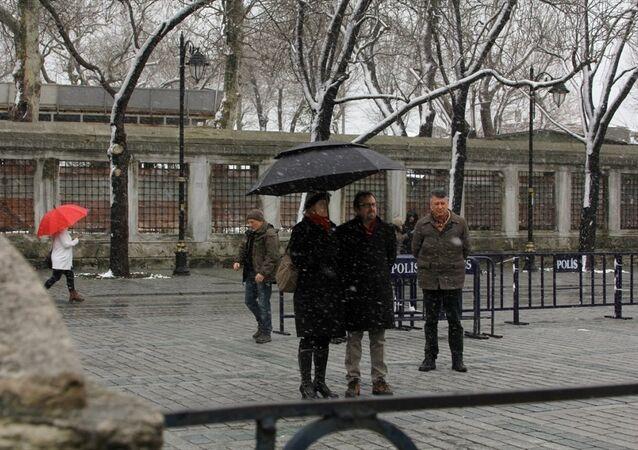 ABD'nin Ankara Büyükelçisi John Bass, Sultanahmet'teki terör saldırısında hayatını kaybedenleri saygı duruşuyla andı.