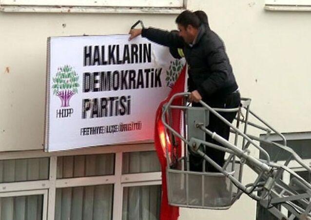 Fethiye'de HDP tabelası söküldü.