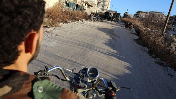 Motosikletli Suriye ordusu askeri - Sputnik Türkiye
